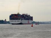 Containerschiff verlässt Hamburg