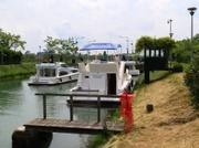 Hausboote in einer Kanal - Schleuse